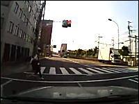 なにこのクズドライバー。自分が赤信号を突っ切っといて女子学生にクラクション