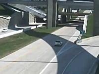 高速道路のジャンクションで側壁を突き破り下の道路に落ちてしまうトレーラー