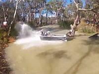 二人乗りのアルミボートで細い水路を爆走する競技。Dinghy Derby 2013の様子。