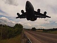 C-17大型輸送機が正面から迫ってくる怖さwww着陸の様子を真下から撮影。
