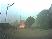 山から巨大な岩が転がってきて前を走る車がギリギリセーフだった車載w(゚o゚)w
