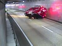 北九州市のトンネル内で緊急走行中の消防車が横転してしまう事故の映像。