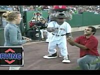 野球の試合前のサプライズプロポーズで撃沈してしまった悲しい男性のビデオ。