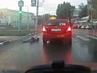 道路脇の縁石でつまづいた人が車道に飛び出してタクシーと接触してしまう事故。