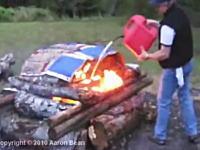 燃えている所に直接燃料を注ぐのは危険だ!というのがよく分かるビデオ。