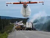 空中消火活動専用機CL-415の威力。炎上するトレーラーに空からどばーっと。