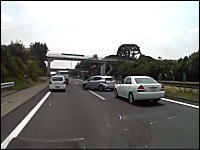 今日のDQN動画。東名高速の車線上に車を停めて喧嘩をしているヤツがいた。