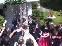 結婚式で花びらシャワーと間違えてドリンクをぶっ掛けてしまったおばあちゃん(´・_・`)