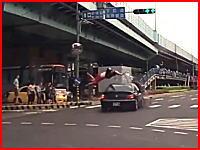 これはマズい。信号無視をしたスクーターが車と接触してぶっ飛ばされる。