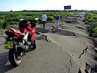 ロシアのあまりにも酷い道路。あまりボッコボコっぷりに4輪車は引き返すw