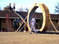 自作の裏庭ウォータースライダーで360度ループに成功した動画。(海外)