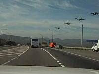 一般の道路の横で軍事訓練!?車を運転してたら真横を戦闘機4機がずばーっと。