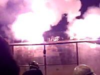 まるで戦争。花火師が撮影した打ち上げ船台からの花火大会クライマックス。