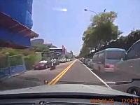 携帯電話の着信に気を取られていたドライバーが事故を起こしてしまう車載。