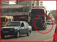 トレーラーの目の前を横断しようとした女性がモロに轢かれてしまうショッキングな事故