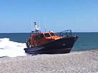 うめえ。結構豪快に陸揚げされる救難救助艇。走ってきてそのまま砂浜にズサー