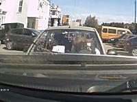 今日の「どんな運転してんだよ」ドラレコ。真正面の車に気付かなかった女性。