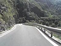 峠道で車線を割ってインに切り込んできた対向車と衝突したライダー。酷い。