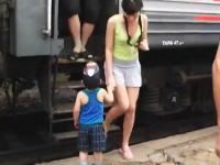 カワイイ少年の出迎えと握手に列車の乗客みんながニッコリする微笑ましい映像