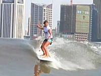 中国の銭塘江では潮による逆流でサーフィンが楽しめる。一度波に乗ると何kmも進む