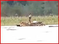 これは自殺?若い女性が濁流に飲み込まれて死亡。その瞬間のビデオが公開。