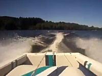 水上スキーを引くボートが後ろにばかり気を取られて陸に乗り上げちゃう動画。