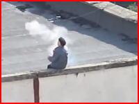 建物の屋上から自家製手榴弾を投げまくっていたおじいさんが最後に拳銃自殺