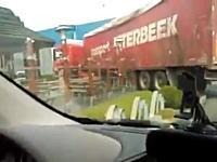 10トン車でマクドのドライブスルーに入ろうとして破壊したヤツの映像www