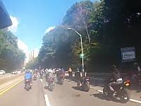 当て逃げして驚くほどの数のバイクに追いかけられる車。これは多いwwwww
