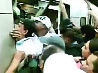 ヒャッハーすぎるwwwwベネズエラの地下鉄の乗り方がヤバすぎるwwww