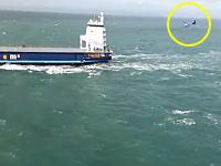 空母じゃない「船」に小型飛行機で着艦してみた動画。発艦もあるよ。