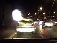 なにが起きたドラレコ。目の前を走る車が突然爆発。急いで逃げ出す二人。
