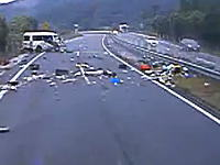 日本の高速道路で事故った1BOX車から乗員2名が投げ出される瞬間を撮影した車載