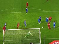 サッカーで大誤審。枠の外に行ったシュートがゴール判定。ビデオで見ると確実に外。