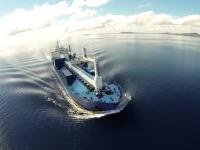 自分の乗っている船(タンカー)を船からカメラを飛ばし上空から撮影した大迫力の映像