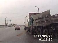 事故でポロリ。追突したトラックからドライバーがポロリと落ちてくる車載ビ。
