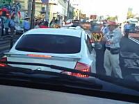 沖縄動画。普天間基地内に入ろうとする車両に日本人たちが猛抗議している動画。