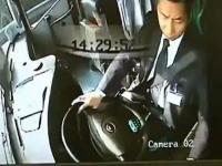 運転中に携帯電話のメールに夢中になっていたバスの運転手が事故を起こす映像
