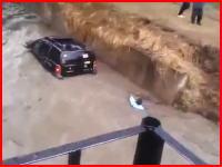 洪水に流される愛車を救おうと川に入った男性が溺れてしまうビデオ・・・。
