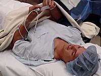 膝の手術前に自分で自分に麻酔を打つ男。この男性は麻酔医なのかなあ?