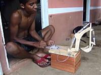 YouTube技術部。油圧シリンダーの代わりに注射器を使って空圧ショベル作った。