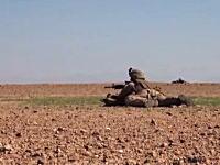 隠れるものが一切ない場所で銃撃戦になった海兵隊たちのビデオ。間近に着弾。