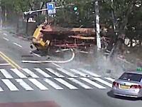 韓国でコンクリートポンプ車が後ろ向きに暴走。電柱をなぎ倒し複数の車を巻き込む