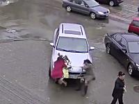 女性ドライバーがブレーキを踏み間違えて歩行者を下敷きに。高画質事故動画。