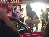 歌舞伎町の酔っ払いギャル面倒くさすぎワロタ。タクシーの上でブチギレww