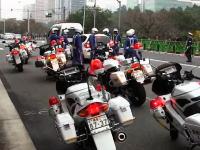 東京で9台の白バイに囲まれて窓を割られて逮捕された白フィット乗り女。極悪人?