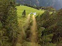 斜面だとしても低すぎるだろ。ムササビジャンパーがスイスで低空飛行った