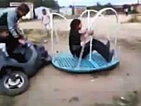 原付バイクで公園の回転遊具を鬼速回転させたら乗ってたヤツがぶっ飛んだw