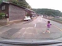 石川県。もうダメかと思うタイミングで子供が飛び出してくるドラレコ動画。