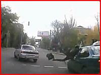 この事故動画うぎゃああああ(((゚Д゚)))急いでいたお姉さんがぶっ飛ばされる。